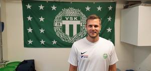 Jesper Jonsson har mest spelat i anfallet de senaste säsongerna. Nu blir han mittfältare i Michael Carlssons lag mot Falu BS. Foto: Filip Lindfors