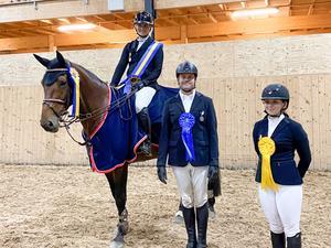 Medaljörerna i senior-DM. Martina Liljegärd, Borås Fältrittklubb, Patrik Elmersson, Falbygdens Hästsportförening, och Ebba Eriksson, Grevagårdens Ryttarförening. Foto: Åsa Gustavsson.