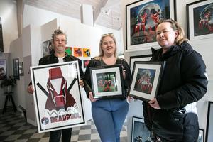 Familjen Eriksson, Henrik, Amanda och Ann-Kristin slog till på en varsin tavla hos konstnären Pernilla Nyman.