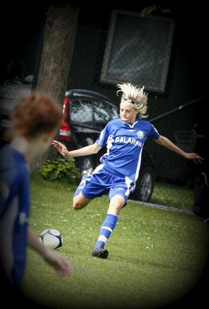 En ung Lina Hurtig beskrevs som teknisk, spelskicklig och nickspecialist av Dalarnas förbundskapten Stefan Silfverin.