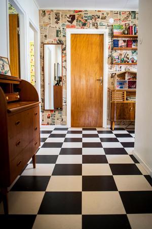 Den originella halltapeten är en samlingsplats när familjen har gäster.