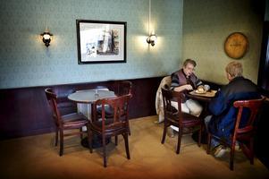 Gillar stilen. Många gäster vill ha atmosfären kvar. På bilden Barbro Fengler och Håkan Brofeldt som tar en fika.