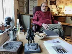 De två små skrifterna längst ner på bilden är nyutkomna och visar delar av skulptören Sture Collins konstnärskap – serien De sju dödssynderna, som finns som skulpturer på Riotorget i Ljusdal, och de verk, utspridda i landet, han skapat inspirerad av konstnären Carl Fredrik Hill.