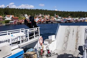 Färjan m/f Ulvön lämnar kajen i Ulvöhamn under en av sina många dagliga turer mellan Ulvön och Köpmanholmen.