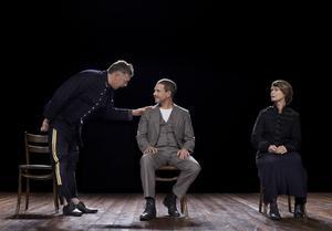 En svensk relationsklassiker med tre av Sveriges mest kända skådespelare i rollerna: Thomas Hanzon, Mikael Persbrandt och Lena Endre. Det är inte konstigt att biljetterna redan sålt slut på flera orter när Maximteatern tar ut Strindbergs