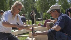 Anna-Sofia Winroth från Gävle (till vänster) har precis köpt ett torp i Ytterberg, då passar det bra att gå en kurs i grindbygge. Här får hon instruktioner av läraren i grindkursen Mette Handler.