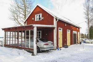 Uthuset är numera försett med en carport som sommartid fungerar som ett uterum.