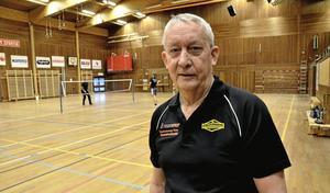 Ålderman. – Med mina 75 år är jag äldst, yngste medlemmen är 32. Medelålders män och ibland någon kvinna och barn, sammanfattar Gert Svensson BMK Kristinas badmintonspelarkår.