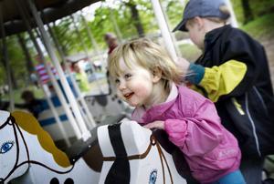 Anna Rosholm, 2år, och Pontus Rosholm, 6 år, passade på att ta en tur i karusellen.