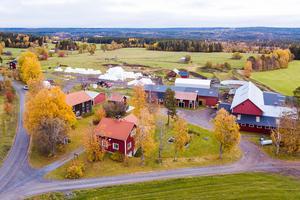 I Norderåsen utanför Häggenås ligger gården som har ladugård, många byggnader, åkrar och skog.