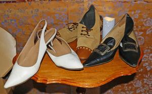 I ett hörn finns skor från olika tider.