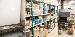 Keramiken är den delen av verkstaden som flest medlemmar samsas om i dagsläget. – Vi får plats men våra alster har fått det trångt, särskilt om vi ska fortsätta skapa grejer, säger Eva Eriksson och medlemmarna vittnar om att det går mode i vilket material som är mest populärt under olika perioder, just nu är det keramik.