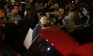 Greta Thunberg lämnar demonstrationen i Madrid på grund av ett för stort pressuppbåd.