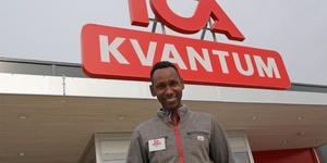 Abdu Abdalla har arbetat på Ica Kvantum i Sollefteå sedan 2016 och han stortrivs i butiken.