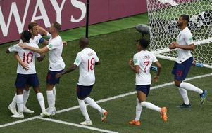 Harry Kane kramas om efter sitt andra straffmål mot Panama i gruppspelet. Foto: AP Photo/Darko Bandic/TT