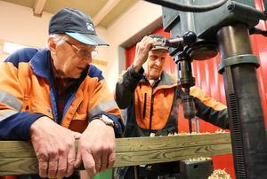 Sven-Gösta Nääs och Reidar Färnlund har fullt upp att hjälpa till. Vi hinner nog inte vara med på nåt träningspass, säger när de borrar de sista hålen i ett av träningsredskapen.