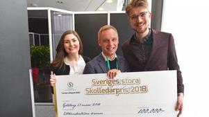 Pristagaren Hans Jakobsson omgiven av Lina Hultqvist och Jakob Amnér som delade ut priset. Foto: Magnus Hartman