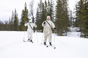 """""""Det är inte ultimat med en skåning på skidor"""", säger en av kadetterna innan de åker iväg för att hämta granris."""