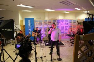 Vanligtvis Avesta Tidnings redaktionsgolv, men i lördags kväll konsertlokal.