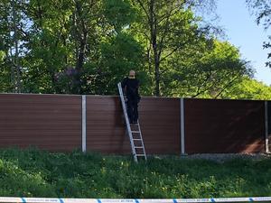 Vid 17.20-tiden anlände polisens tekniker till det avspärrade området. Med sig hade de en stege, som de har använt för att se över bullerplanket mot E18/E20 och ta foton. Exakt vad de ska ha fotat är ännu oklart.