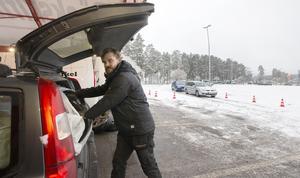 Micke Syazin hjälper en bilägare in med sommardäcken i bagaget.  Han hade en jämn ström med kunder på fredagsförmiddagen.