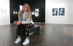 Fanny Erkelius har under de senaste två åren bearbetat sin moders självmord. För att sortera sina känslor har hon tagit konsten till hjälp.