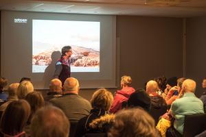 Ted Wangler, vd för Funäsdalen Berg och Hotell, visar planerna på en transportbacke med lift bort mot nya planerade pister på Funäsdalsberget.