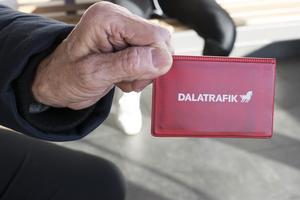 Katarina skriver att i Gävleborg är kostnaden för kollektivtrafikresor, med extra avgift för att åka med SJ-tåg inom länet, lika stor för kunden som den är i Dalarna utan den extra avgiften.