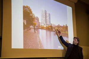 Jens Halvarsson från Stadsrum presenterar ett förslag på hur hotellet vid Marenplan kan komma att se ut. Bilden visar inte det färdiga förslaget.