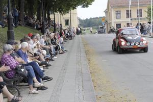 Många passade på att titta när rallyekipagen rundade torget i Nora för en passerkontroll och ett kort uppehåll. Här Clas Skoog och Rickard Rejnefelt i en VW 1303 S.