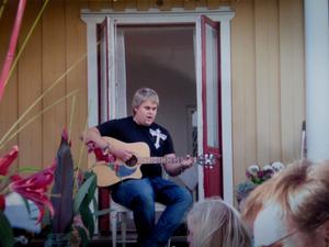 Med gitarren. Chris Kläfford uppträder på sin faster Susannes födelsedag.