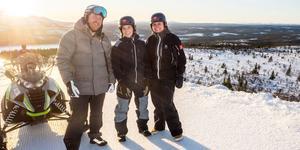 Jonny Larsson, Helena Fjellgren och Lotta Anestedt strax ovanför det område mellan två fjäll som ska bli ett nytt cykelområde i Lofsdalen.