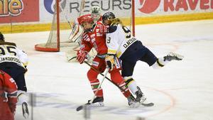 Signaturen jgi tycker att damhockeyspelarna har stora brister i tekniken och föreslår träning och matcher mot pojkjuniorerna.