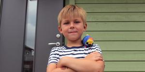 I dag sätter sig Oskar Syrén i skolbänken för första gången när han börjar i förskoleklass på Frötunaskolan i Norrtälje. Här med papegojan Gullan.