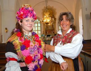 Lill-Karin Gustafsson gör en sista kontroll av Isabell Perssons brudklädsel inför Fyra årstider-konserten 2013.