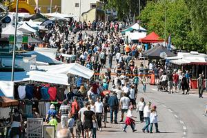Marknadsdagen i Särna 2017 med avstängd riksväg. I sommar blir det trafik genom byn om inte Länsstyrelsens beslut ändras.