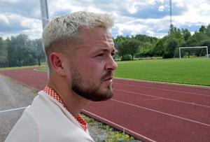 Viktor Hansson blickar ut över Avestavallen. En gång var det här hans hem, men nu har det skurit sig helt mellan honom och Avesta AIK. På onsdag kvälls ställs han mot sina antagonister med sitt nya lag Fagersta Södra.