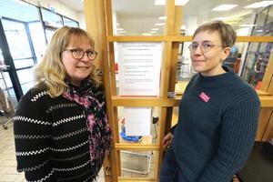 Maria Gille, kultur- och fritidschef, och Lottta Bergsten, bibliotekarie, är nöjda med att kunna erbjuda självservice på biblioteket under förmiddagar. Personalen finns på plats senare.