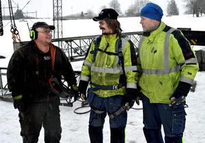 Peter Hedvall, Kurt Jusola och Niklas Dacke ser till att stålkonstruktionen kommer ned på ett betryggande sätt.