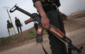 Kurdiska styrkor patrullerar utanför staden Qamishli. Foto: Manu Brabo/AP Photo