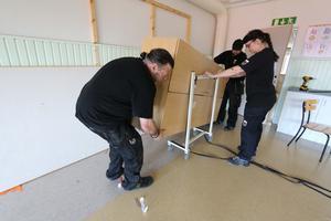 Sedan skolavslutningen har kommunens teknik- och service flyttat möbler och inventarier från Lekebergsskolan.