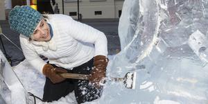 Nina Hedman från Stockholm skulpterar isblocken i Stadsparken.