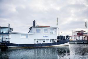 Helena och Peter Bergström döpte båten till Freedom. Den är troligen från början av 1900-talet och var en gång en passagerarslup. Den finns inte med i något skeppsregister, så det är svårt att få fram mer om dess historia.Foto: Vilhelm Stokstad / TT