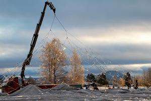 Stålvajernätet som täcker tältduken har lyfts av för bättre komma åt att röja bort snö och is.