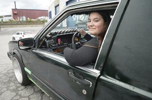 Taket i Emma Forsmans Volvo är dekorerad med fuskpäls och det luktar wunderbaum när hon glider runt i