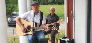 Ove Törnqvist och Kalle Johansson spelade och underhöll oss.