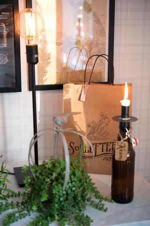 Maria är född i Sollefteå, papperspåsen är från stadens 100 årsfirande.