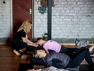 Ulla Backman får hjälp av yogainstruktören Lotta Renlund med avslappning.
