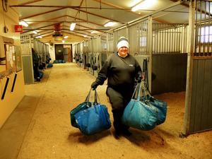 Izabelle Burgman har sin dagliga verksamhet i stallet. Hon är en av dem som får bära hundratals kilo foder till hästarna varje vecka. När den nya logen är klar underlättas jobbet genom att man då kan använda kärra.