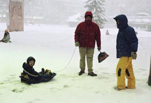 Ekipage med skidor och pulkor var en vanlig syn på torget under Söndagen.